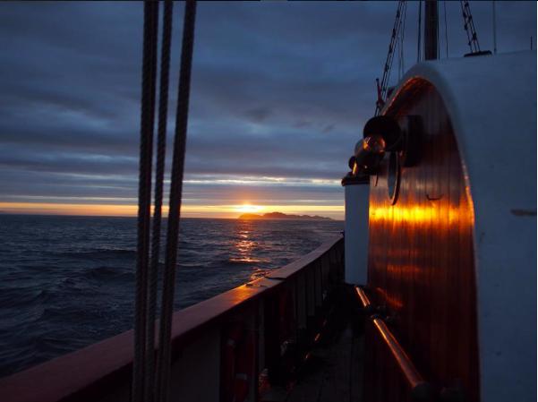 barco puesta de sol
