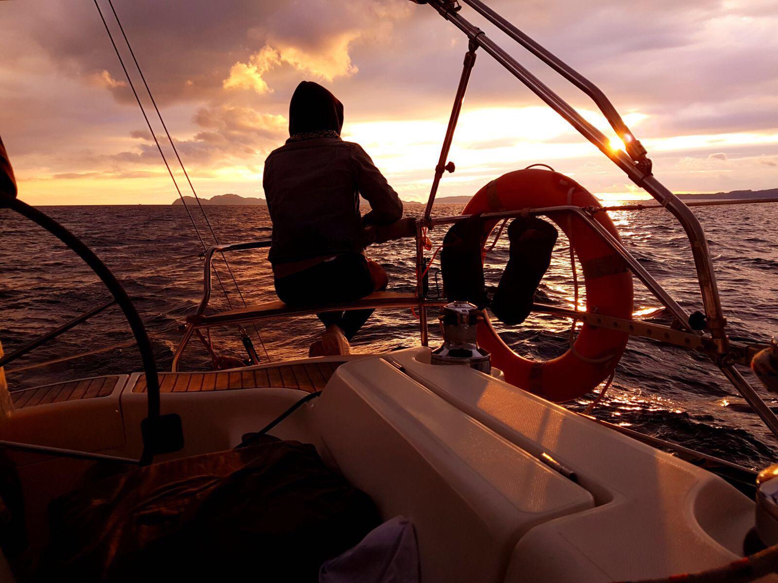 puesta de sol en velero islas cíes