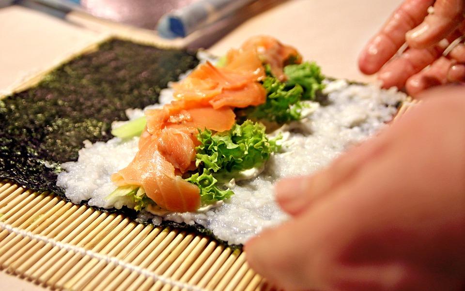Preparación de maki con alga nori