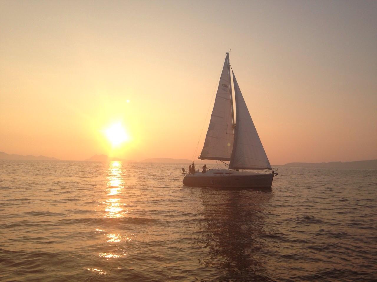 velero puesta de sol