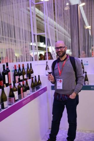 El autor probando vinos de Galicia